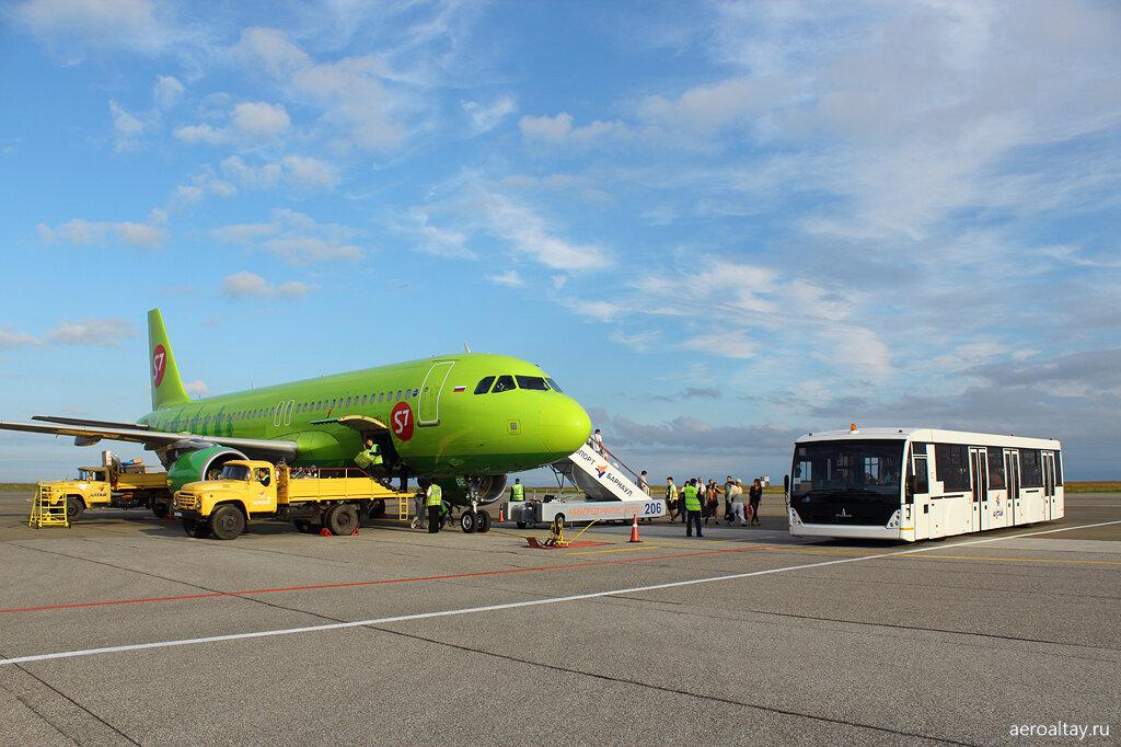 Пассажиры выходят из самолёта в аэропорту Барнаула