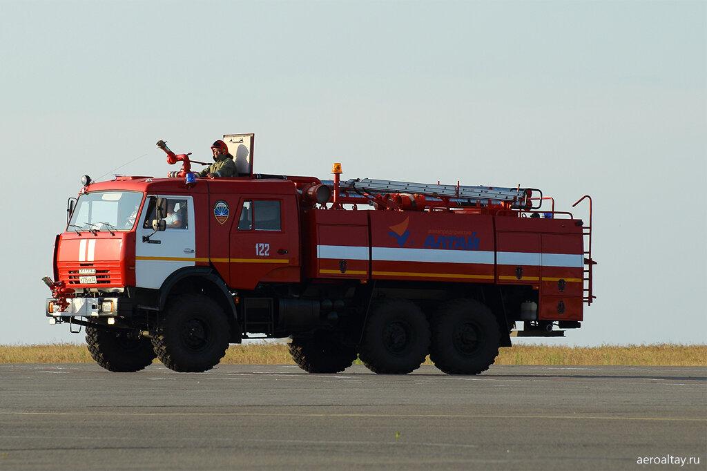 Пожарная машина на перроне аэропорта Барнаул