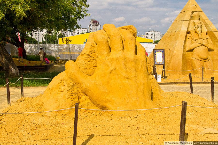 """Песчаная скульптура """"Рука"""" в Коломенском"""