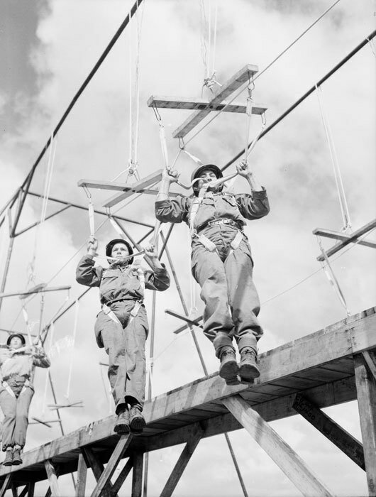 Entraînement du 1er RCP (Régiment de Chasseurs Parachutistes) au camp d'Avord.