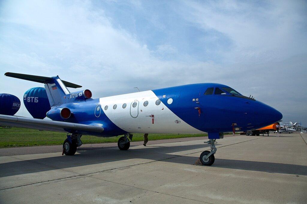 облик самолета Як-40!