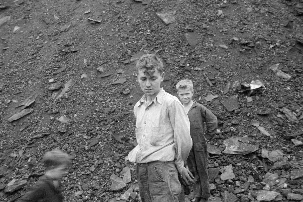 Подростки собирают уголь из отвалов шлаков, Нантай Гло, Пенсильвания, 1937