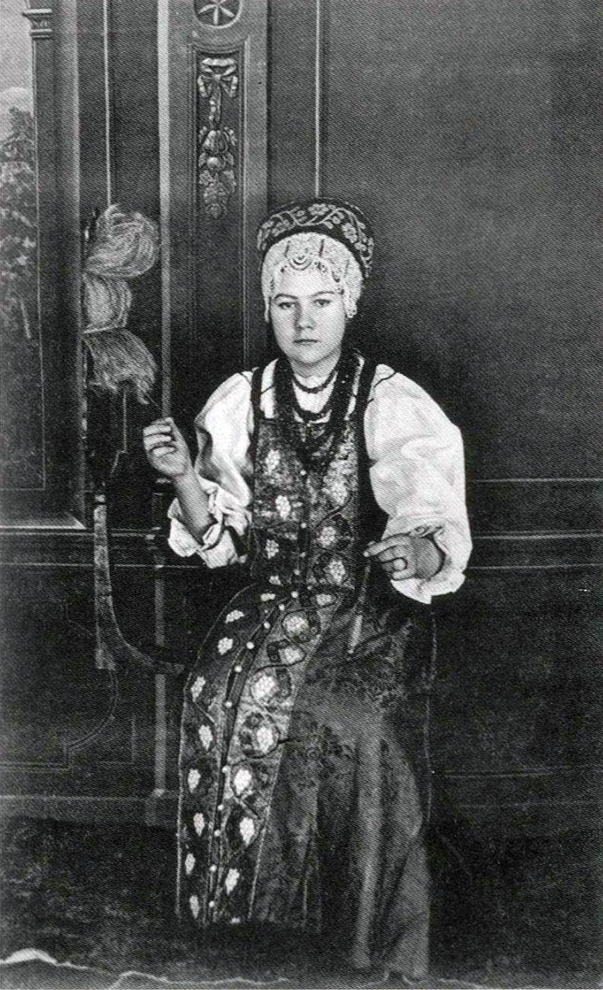 Мезенская девушка в праздничном костюме