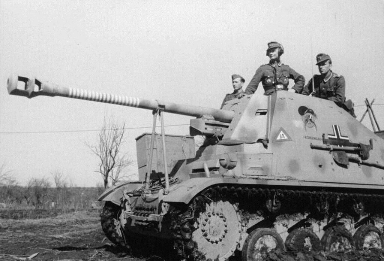1942. Унтер-офицер Гельмут Колке 561-й бригады вермахта с экипажем на своей САУ «Мардер II», на следующий день он получил Германский крест в золоте и Почетную пряжку