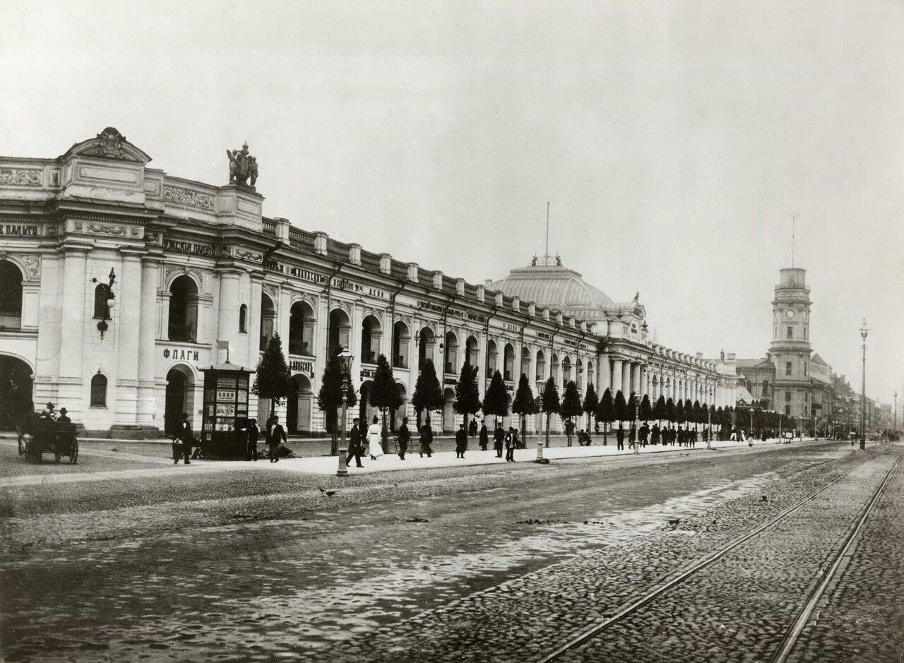 Невский проспект, угол Садовой ул. Гостиный двор