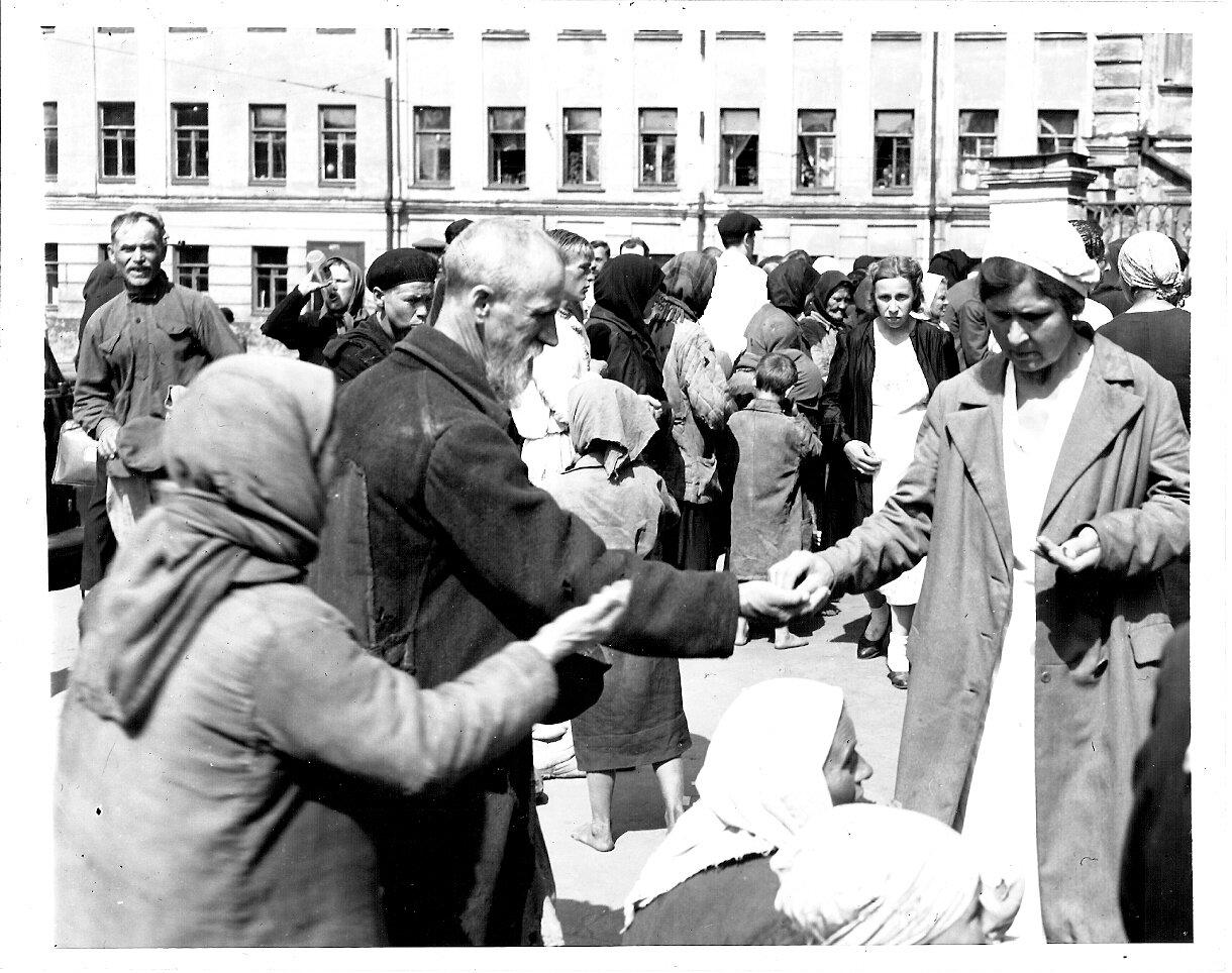 1946. На вещевом рынке