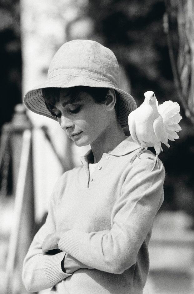 1967. Одри Хепберн во время обеденного перерыва на съемках фильма «Двое на дороге»