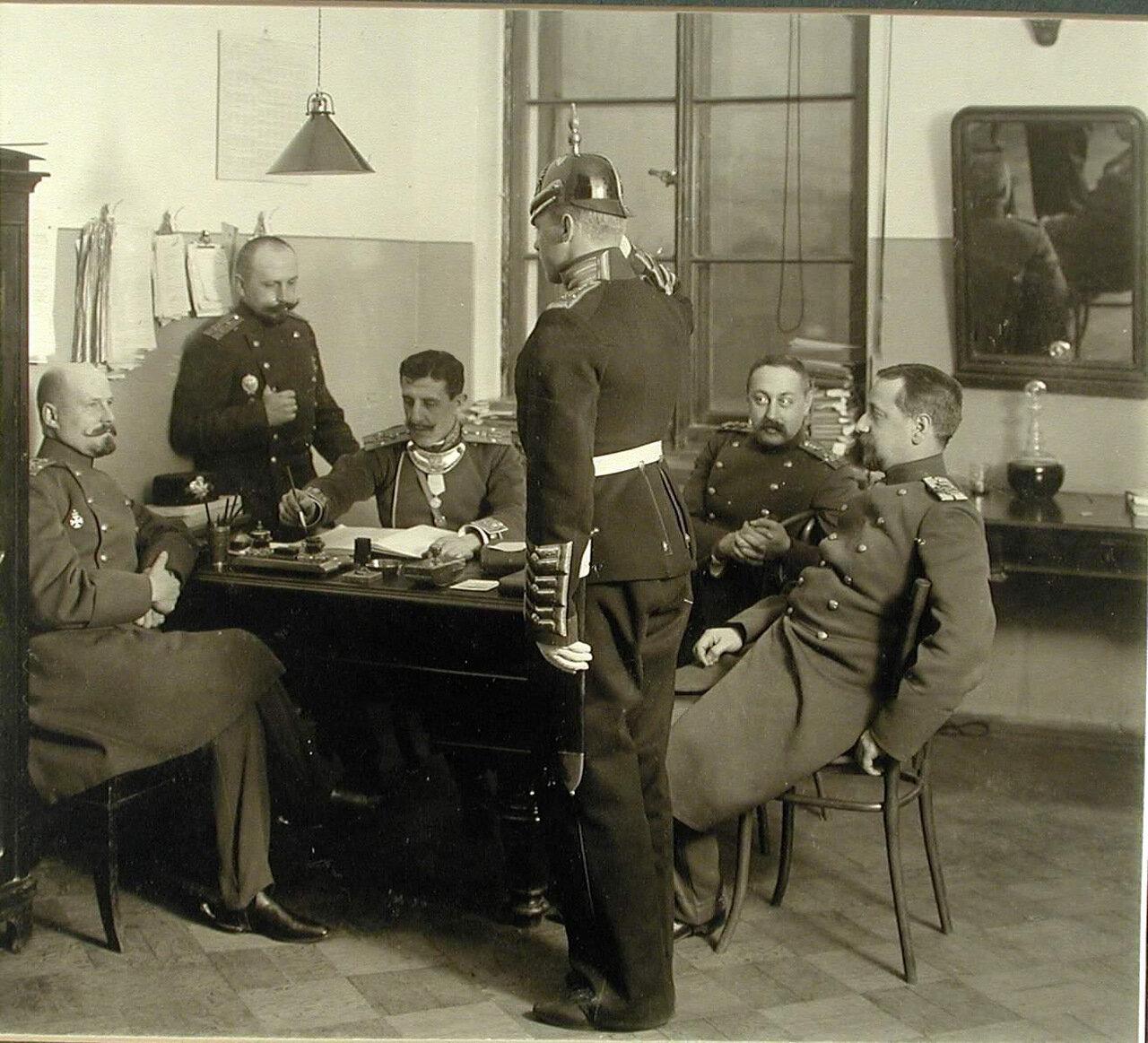 35. Группа офицеров в дежурной комнате принимает рапорт пажа