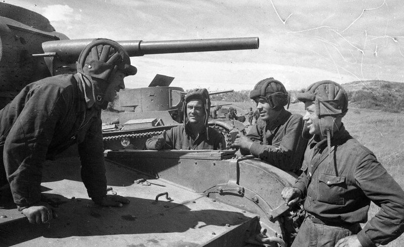 Экипаж танка Т-26 обр. 1933 г. в перерыве между боями. Халхин-Гол, 1939 год.