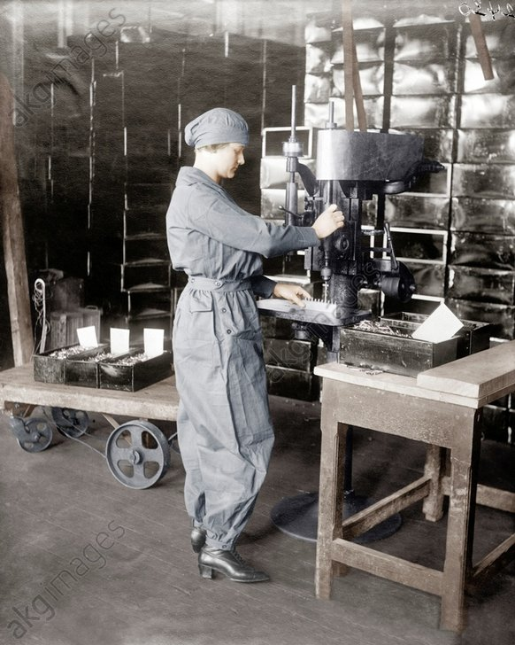 USA, Arbeiterin in Munitionsfabrik/Foto - WWI, USA, woman working in an ammuntion factory / photo -