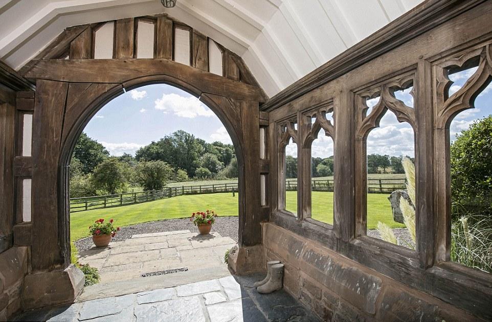 Бывшая церковь, переделанная в современное жилище, продается за £725,000