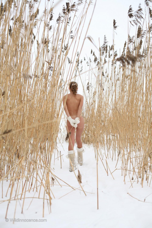 Обнаженная Марго на зимней прогулке