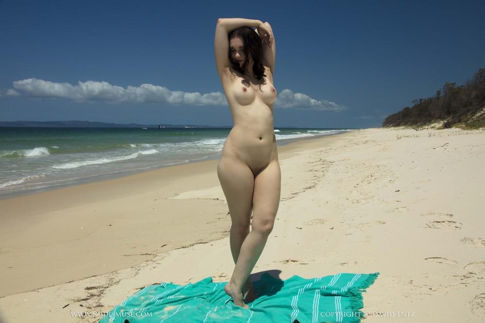 Обнаженная Nora Rose на пляже