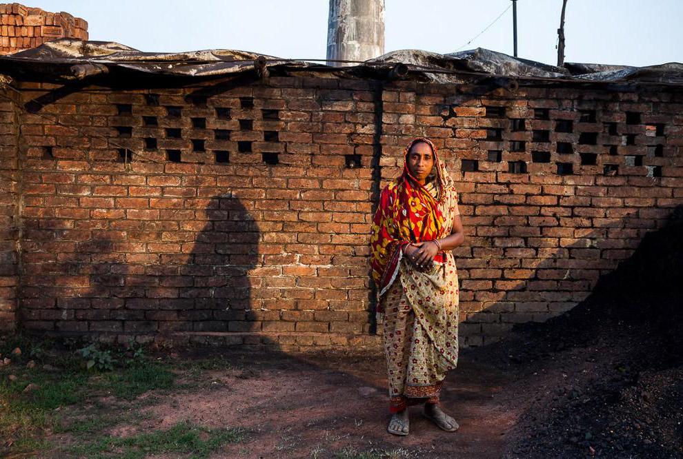 На кирпичных полях Бангладеша не существует спецодежды, каждый защищает себя, свои руки, как мо