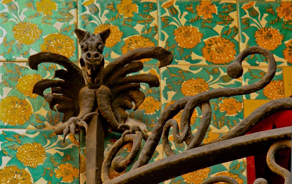 Дом выполнен в мавританском стиле мудехар. Его фасад декорирован плитками, расписанными вручную.