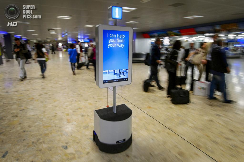 Швейцария. Женева. 13 июня. Робот, помогающий добраться до туалета, банкомата, комнаты утерянног