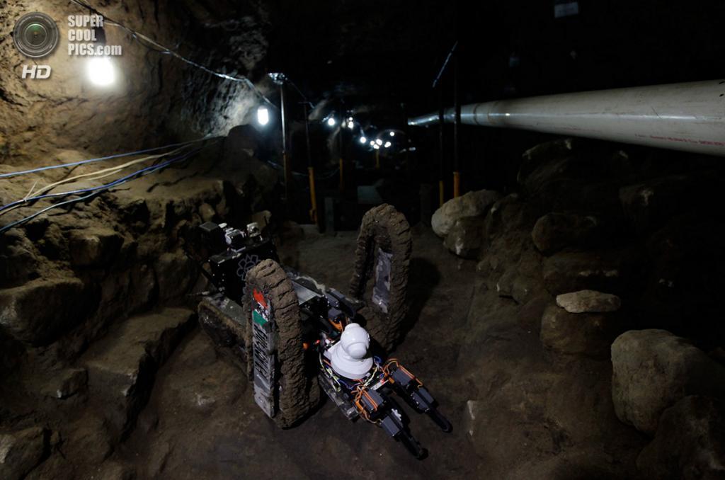 Мексика. Теотиуакан, Мехико. 22 апреля. Робот-археолог в храме Кетцалькоатля. (REUTERS/Henry Rom