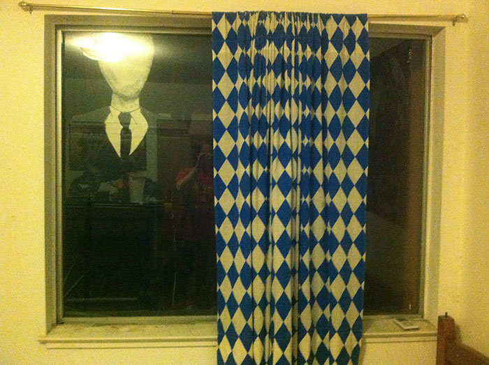 «Мой брат приклеил это с наружной стороны окна моей спальни, прямо над кроватью. Что и говорить, я ч