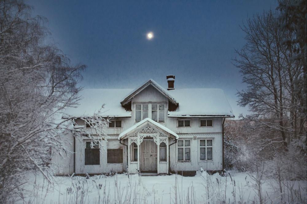 © Britt M./REX/Shutterstock  Заброшенный лесной домик досматривает последние сны под луной.