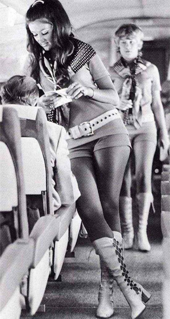 Наиболее сексуальным периодом авиационной моды стали 1970-е годы, когда вгардеробе стюардесс появил