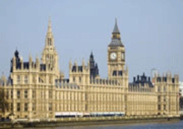 Поскольку Парламент — это Королевский дворец, согласно Найджелу Которну (Nigel Cawthorne), автору «С