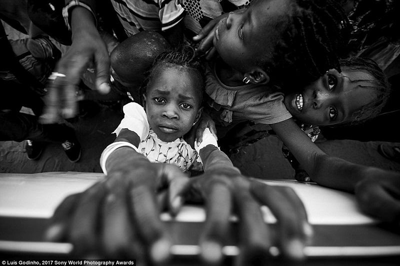 2-летний малыш проходит болезненный ритуал шрамирования. Бенин, Западная Африка