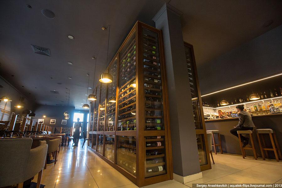 Вина хранятся в винной комнате исключительно в горизонтальном положении. В потолок вмонтированы