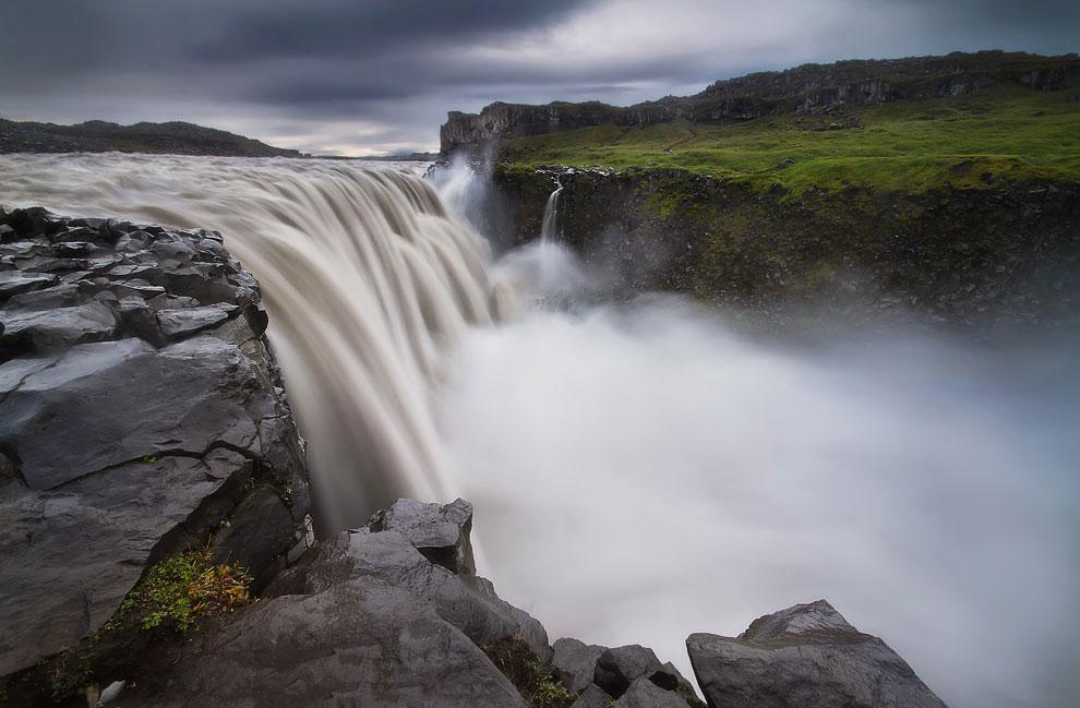 Среди скудного засушливого пейзажа водопад выглядит настоящим чудом. Ширина Деттифосса — около