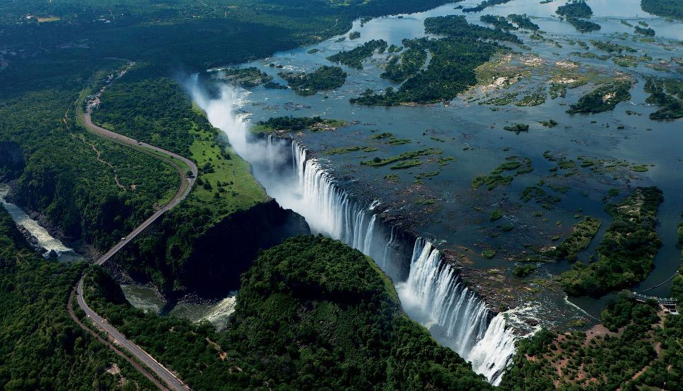 Водопад Виктория находится на реке Замбези. Ширина водопада — 1800 метров, высота — 107 метров.