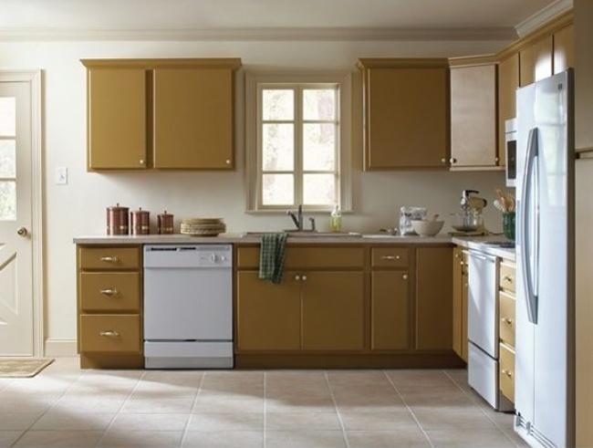 © homedepot  Фасады этой старой кухни отделали молдингами иперекрасили всветлый оттенок, бла