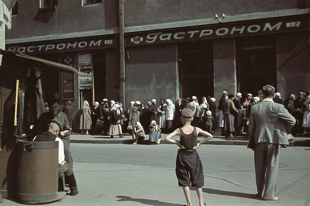 11. Очередь за продуктами около харьковского гастронома в 1942 году.