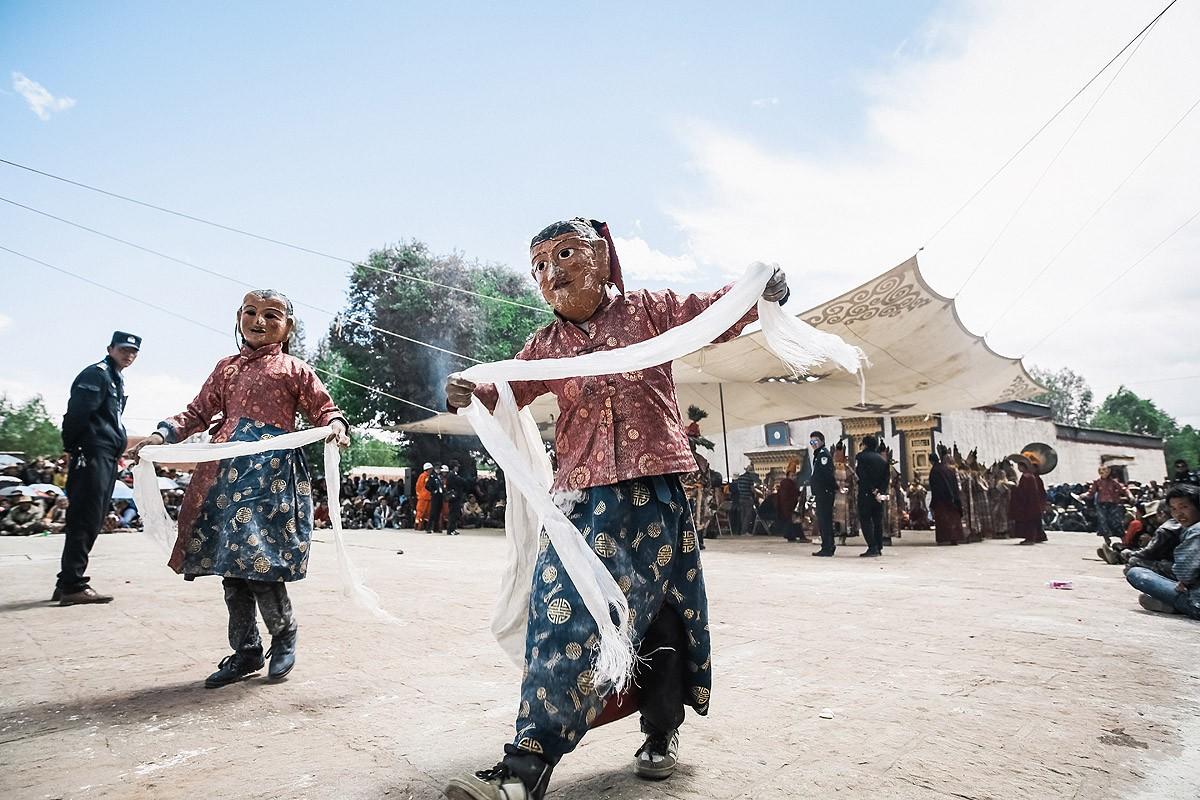 39. …и стали раздавать тем, кого обижали, специальные шелковые шарфы «хадак». В Тибете это зна
