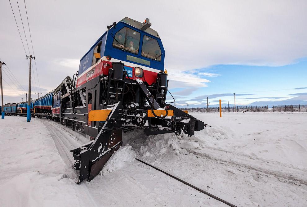 6. Вахтовый поезд — обычные плацкартные вагоны. Но все чисто и аккуратно. В силу строжайшего су