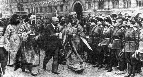 Tikhon_mitropolit_and_russian_soldiers_1917_in_Moskow_Krasnaja_square.jpg