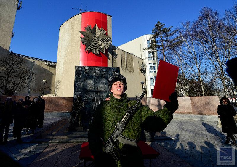 Церемония принятия присяги военнослужащими Росгвардии во Владивостоке