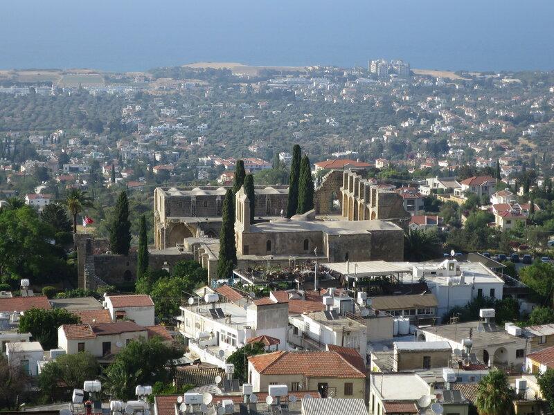 Беллапаис. Общий вид монастыря со стороны гор