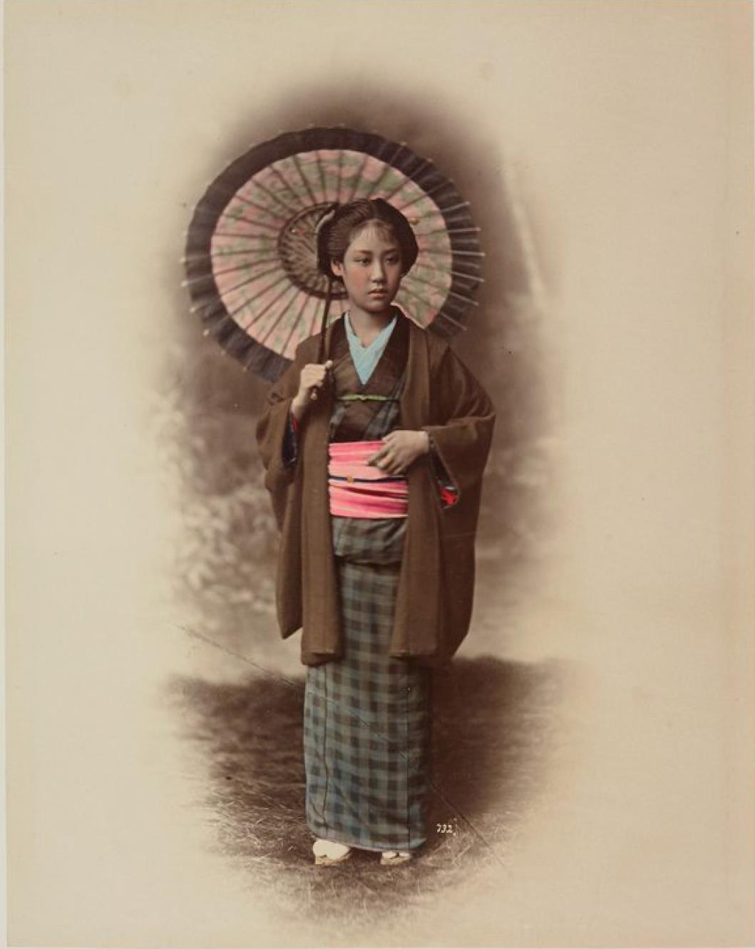 Молодая девушка с зонтиком