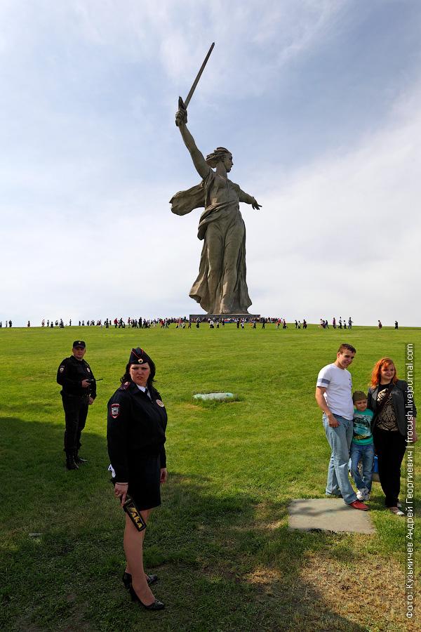 Вид на скульптуру «Родина-мать зовет!» от площадь Скорби
