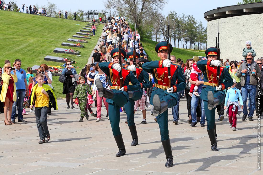 парадная форма сухопутных войск цвета морской волны Почетного караула на Мамаевом кургане в Волгограде