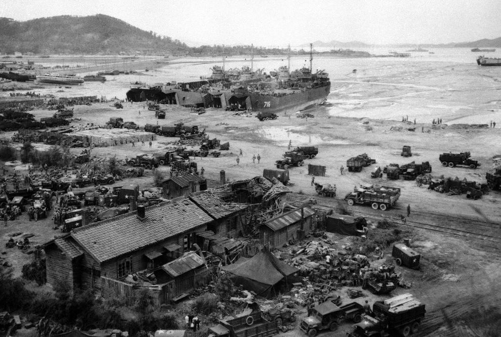 Четыре БДК выгружают людей и оборудование на берег у города Инчхон, Южная Корея, 15 сентября 1950 года. (AP Photo).jpg