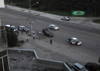 В Кишиневе автомобиль перевернулся, врезавшись в столб