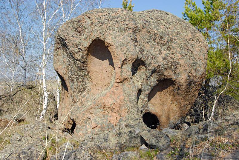 Отдельные камни похожи на черепа (01.11.2013)
