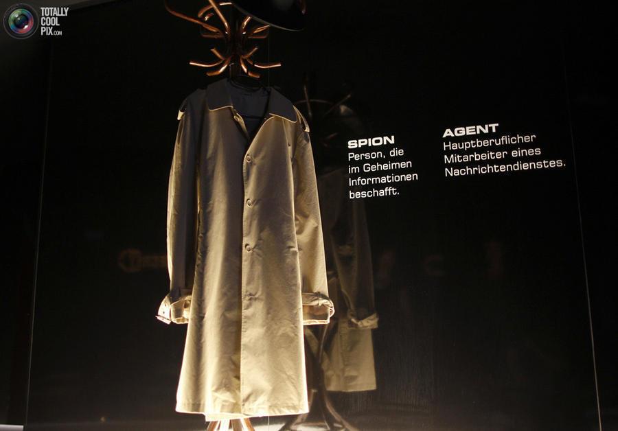 14. Пальто, традиционный символ шпионажа, находится у входа в музей шпионажа «Совершенно секретно» в