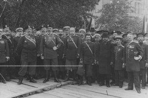 Группа офицеров на закладке здания офицерского флигеля.
