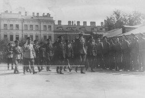 Командующий Петроградским военным округом генерал О.П.Васильковский во время парада запасного батальона полка обходитсолдат.