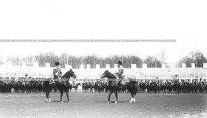 Император Николай II  на плацу производит смотр полка во время парада.