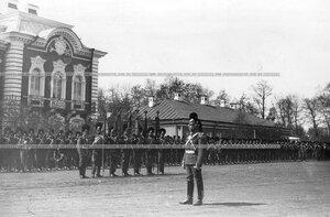 Торжественное построение Конно-гренадерского полка на храмовом празднике  впереди  полковые штандарты .