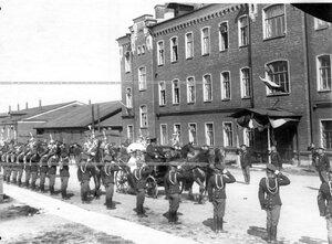 Шеф полка великая княгиня Мария Павловна  у казарм полка в день смотра Драгунского полка .
