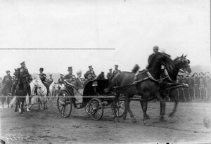 Императрица Александра Федоровна с наследником цесаревичем Алексеем в коляске объезжает войска перед парадом.