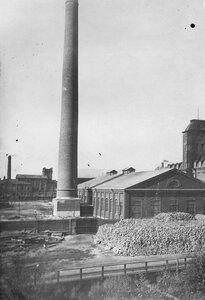 Часть территории фабрики со складами топлива.